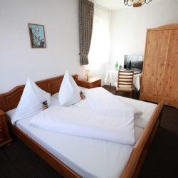 Doppelzimmer mit Blick auf das Doppelbett