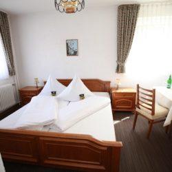Doppelzimmer - Blick auf das Doppelbett