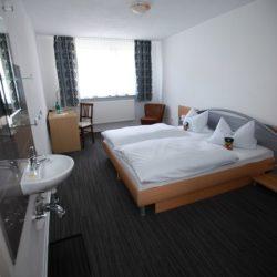 Dreibettzimmer - Blick auf Doppelbett