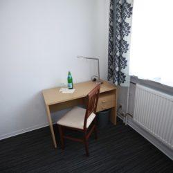 Dreibettzimmer - Blick auf Schreibtisch