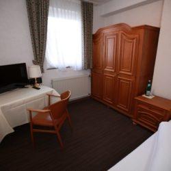 Einzelzimmer mit Blick auf den Schreibtisc und TV