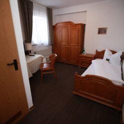 Einzelzimmer mit Blick durchs Zimmer