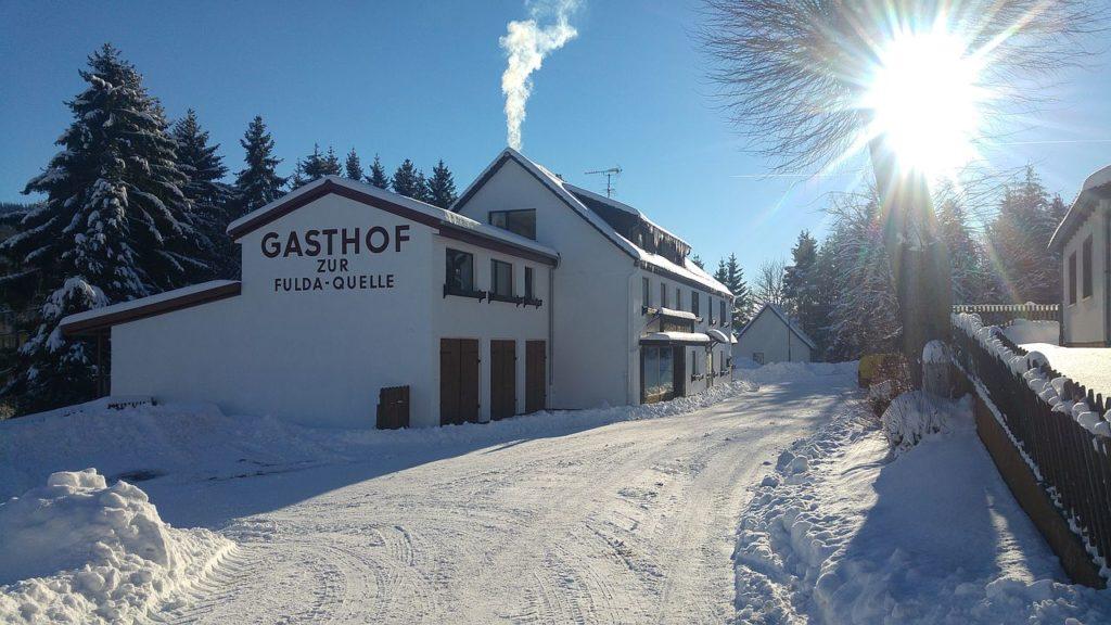 Winter im Genussgasthof Fuldaquelle mit Schnee