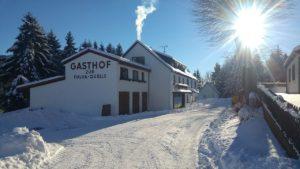Advent im Genussgasthof Fuldaquelle mit Schnee, Frontansicht