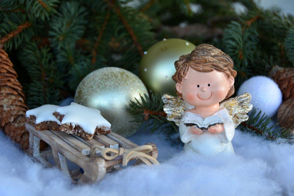 Weihnachten - Weihnachtsdekoration mit Engel, Schlitten und Weihnachtskugeln