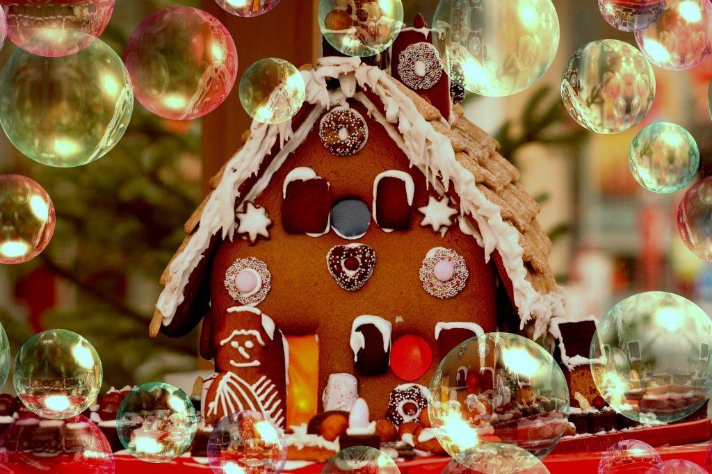 Weihnachtsdekoration mit Lebkuchenhaus