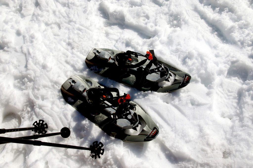 Schneeschuhverleih - ein Schneeschupaar im Schnee