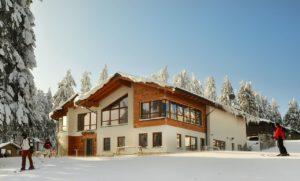 Skiarena - Hütte mit Personen