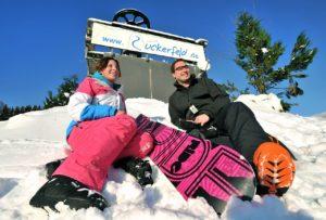 Zwei-Personen-vor-Skilift-Zuckerfeld