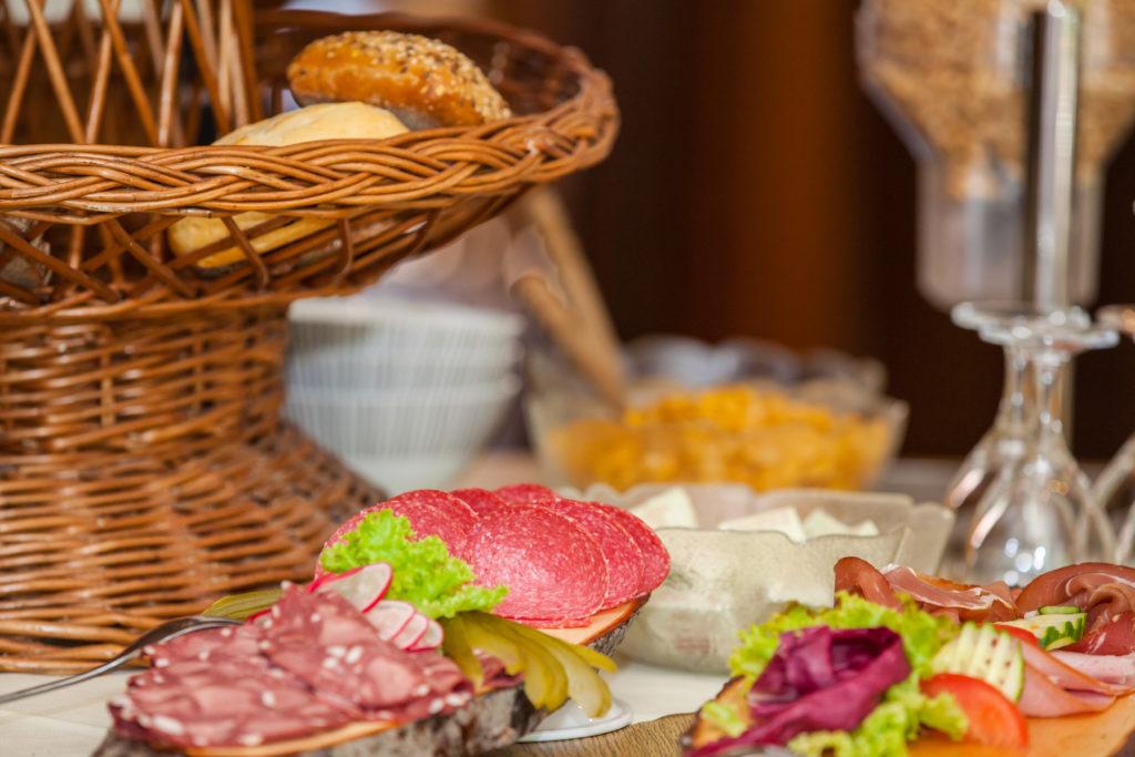 WEIHNACHTEN - Blick auf Frühstücksbuffet und Brotkorb