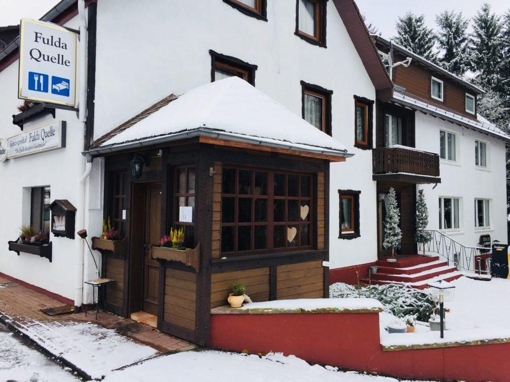 Rentierschnitzel - Holzvorbau der Fuldaquelle mit Schnee