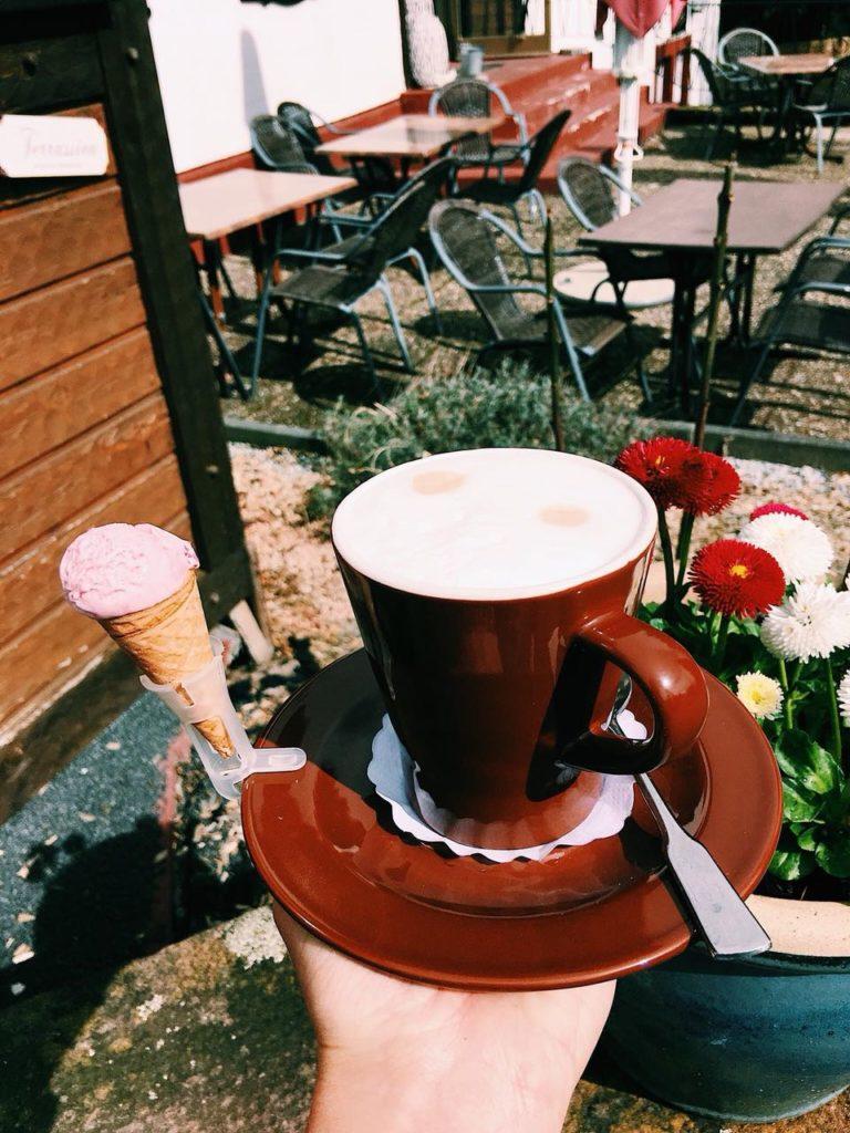 Kaffee mit Minieistüte