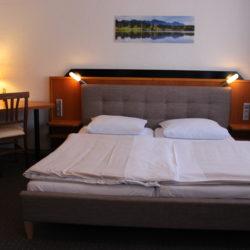 Doppelzimmer - Bett & Schreibtisch & Minibar
