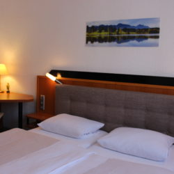 Doppelzimmer - Bett & Schreibtisch