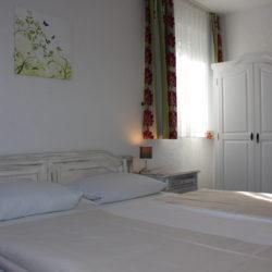 Dreibettzimmer - Bett & Schrank
