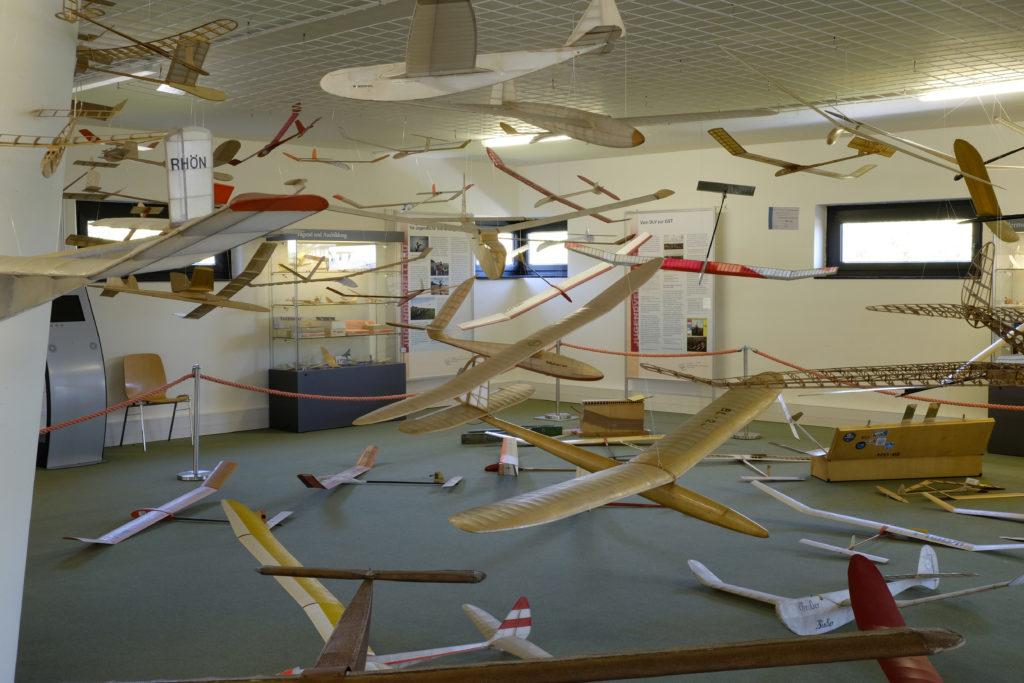 Segelflugmuseum - auf den Boden liegende oder von der Decke hängende Segelflugmodelle