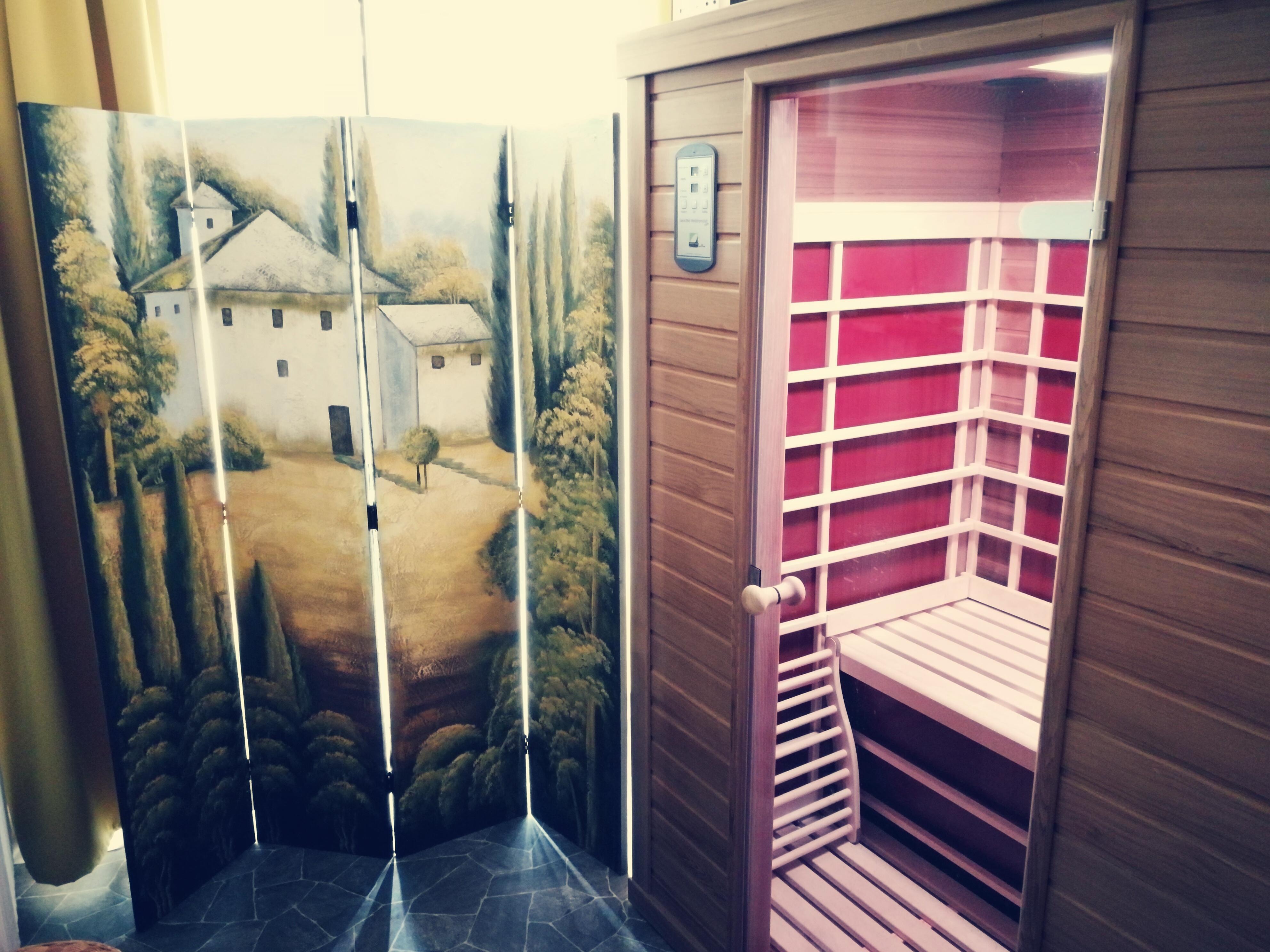 sauna mit infrarotw rme wellness in der infrarotw rmekabine. Black Bedroom Furniture Sets. Home Design Ideas