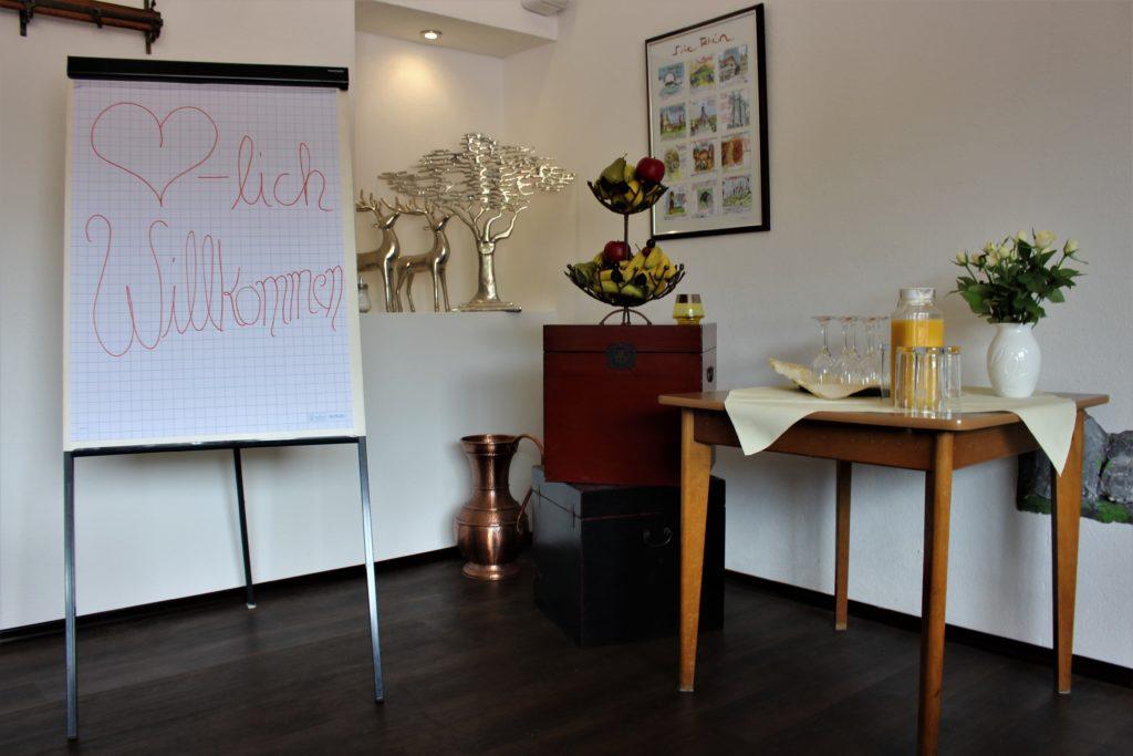 Tagungen - Raum mit Flipchart