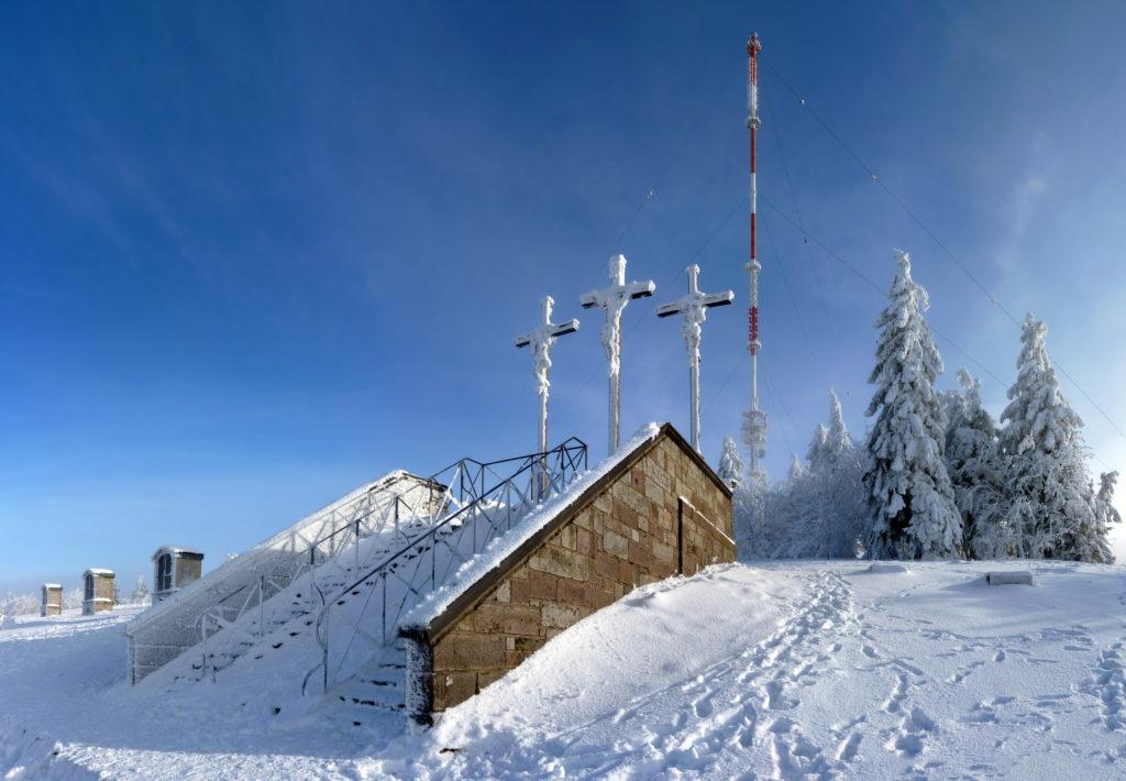 Kreuzberg, Verschneite Gipfelkreuze in der Rhön