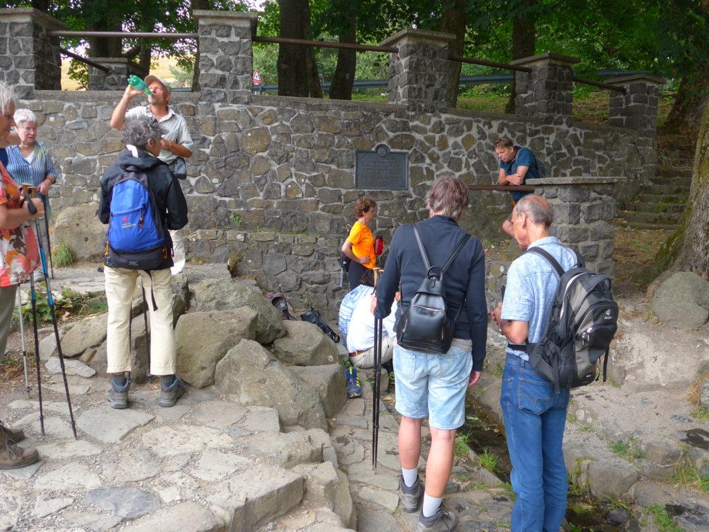 Fuldaquelle, Wandergruppe vor der Quelle der Fulda