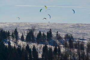 Snowkiten - Gruppe im Sprung